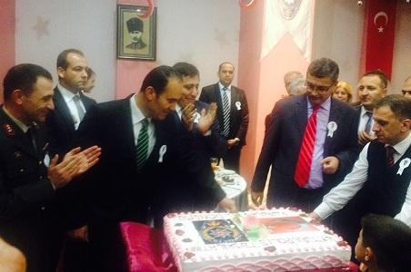 Yaş pasta keserek kutladılar