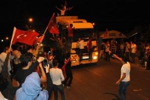 Urfa'da on binlerce kişi demokrasi nöbeti tutuyor