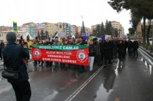 Alevi Kültür Dernekleri Şanlıurfa Şubesi, bir süre önce Mersin'in Tarsus İlçesinde vahşice katledilen Özgecan Aslan yürüyüş düzenledi.