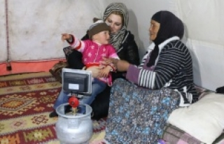 Ayşenur Ayhan'dan anne şefkati
