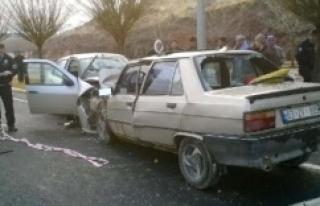 İki otomobil kafa kafaya çarpıştı; ölü ve yaralılar...