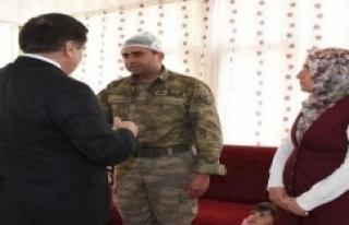Vali Küçük yaralı askerleri ziyaret etti