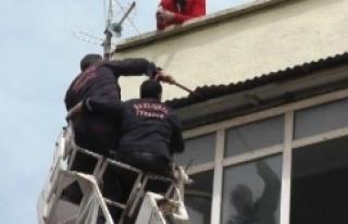 İtfaiye kurtarmak istedi, 5. kattan düştü!
