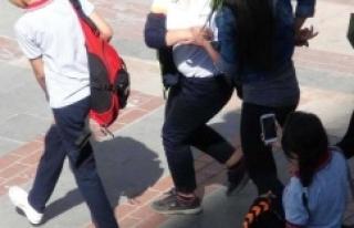 Liseli kızlar cadde ortasında kavga etti