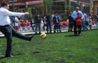 Vali Küçük Suriyeli çocuklarla maç yaptı