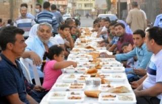 Ceylanpınar'da mahalle iftarlarına yoğun ilgi