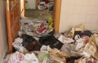 Öğretmenin evinden 5 kamyon çöp çıktı
