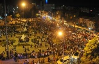 Urfa'da on binlerce kişi demokrasi nöbeti tutuyor..