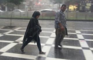 15 dakikalık yağış Urfa'yı felç etti