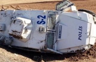 Urfa'da polis aracı devrildi