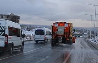 Urfa'da karla mücadele sürüyor