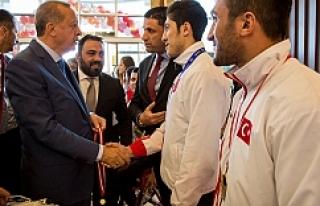 Erdoğan, sporcuları tebrik etti