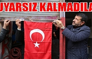 Cadde cadde gezip Türk Bayrağı astılar