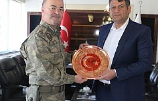 Başkan Ayhan'a Tuğgeneralden Teşekkür Plaketi