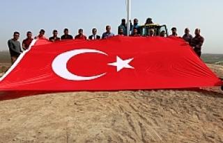 Ayhan, Akçakale'ye Hakim Tepelere Türk Bayrağı...
