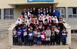 Hilvan'da, yoksul 700 öğrenciye kıyafet yardımı