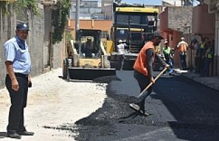 Ceylanpınar'da sıcak asfalt serilmeye devam...