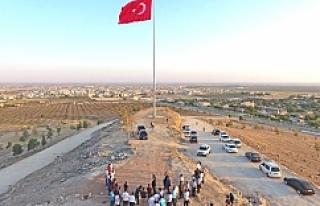 Ceylanpınar sınırına dev Türk Bayrağı dikildi