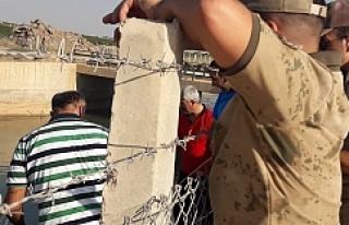 Suruç kanalına giren Suriyeli çocuk hayatını...
