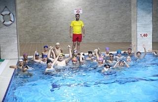 Haliliye'de gençler yüzmeyi öğreniyor