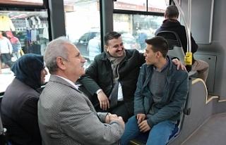Vatandaşlarla otobüste bir araya geldi...