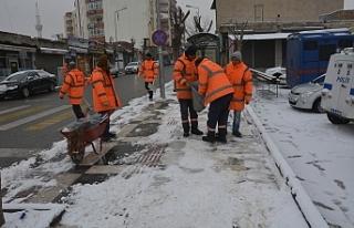 Siverek'te Belediye ekipler soğuğa aldırış...