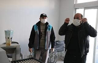 Bozova'da kamu kurum girişlerinde maske dağıtılıyor