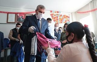 Beyazgül öğrencilere çanta hediye etti