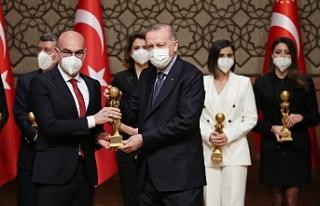 Urfa'lı sanatçı ödülünü Erdoğan'dan...