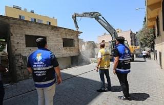 Haliliye'de metruk yapılar yıkılmaya devam...