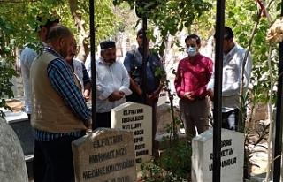 Yetimin, fakirin babası Aziz Hoca mezarı başında...