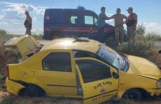 Akçakale yolunda ticari taksi şarampole yuvarlandı