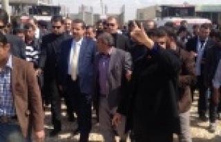 Bozkurt işaretleriyle Bakan'ın yolunu kestiler