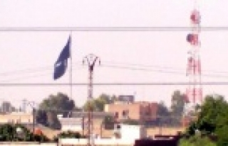 IŞİD Türkiye sınırına tekrar bayrak astı
