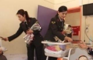 Kadın Komutanlardan Hasta Çocukların Annelerine...