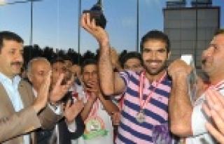Şampiyon Takım Kupasını Başkan Ekinci'den aldı...