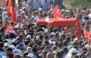 Şehit askeri binlerce kişi uğurladı