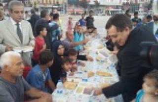 Vali Küçük, Haliliye'nin sofrasında iftar yaptı...