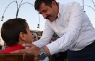 Yetim çocuklara baba şefkatini gösterdi