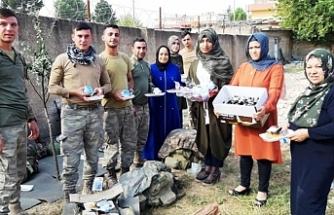Sınırda Görev Yapan Mehmetçiklere Yemek İkramı