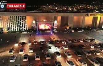 Urfa'da sosyal mesafeli arabada sinema keyfi...