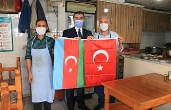 Yıldız, Esnafa Türk ve Azerbaycan Bayrağı dağıttı