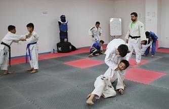 Haliliyeli gençler judo öğreniyor