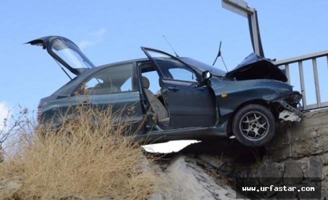Otomobil köprü demirine çarptı