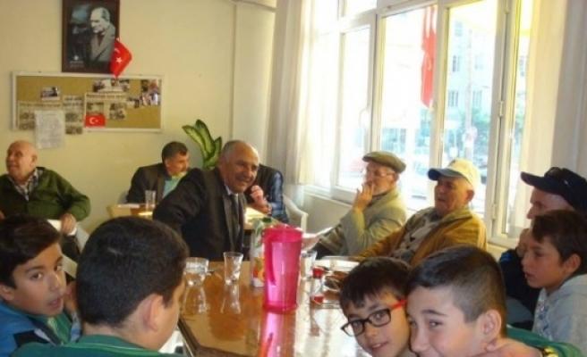 Burhaniye'de Öğrencilerin Huzurevi Ziyareti