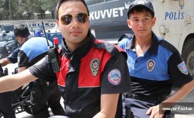 Polis üniforması giydiler