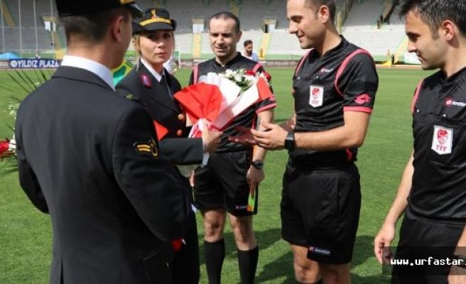 JGK'nın 179. yılında hakem ve futbolculara çiçek verdiler