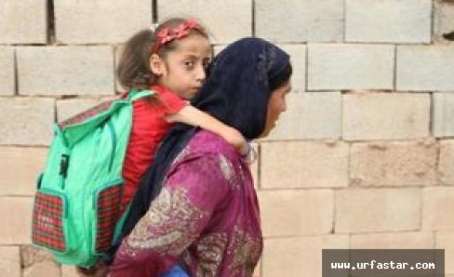 Annesinin sırtında okula gidiyordu