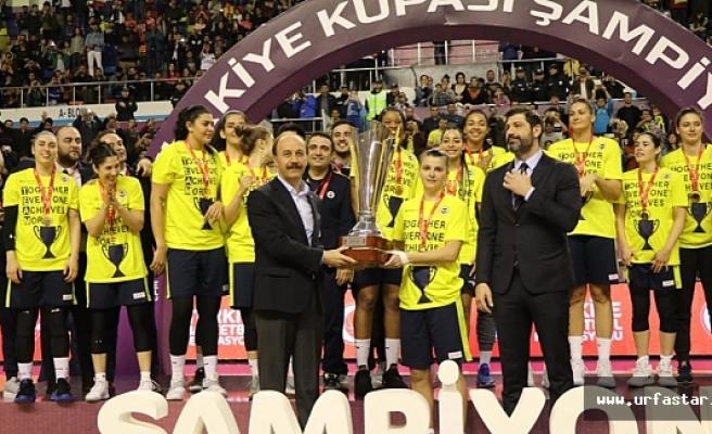 Fenerbahçe Urfa'da kupayı kaldırdı