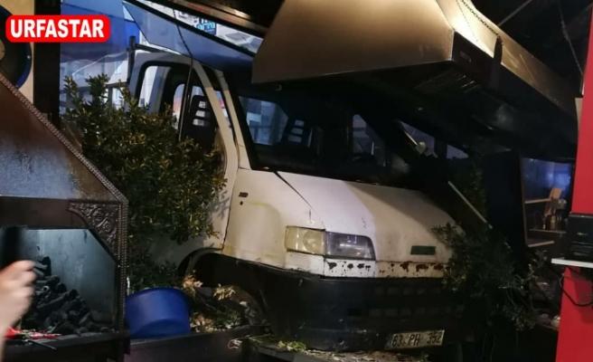 Urfa'da freni boşalan minibüs restorana girdi